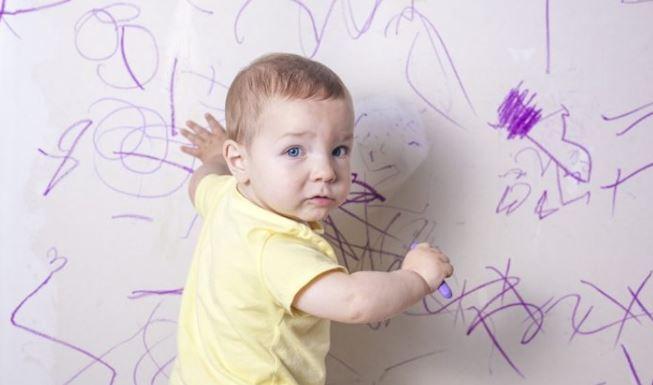 Devo deixar meu filho arranhar ou escrever nas paredes da casa?