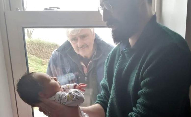 Avô Fica COMOVIDO E Chora Ao Ver Seu Netinho Recém-nascido Pela Primeira Vez Pelo Vidro Janela Por Causa Da Quarentena