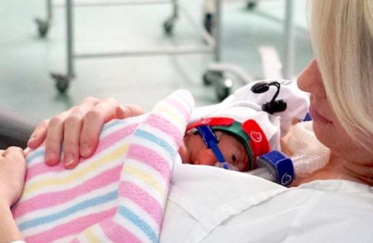 Mãe Da à Luz Um Bebê Prematuro E Permanece Grávida De Seu Irmão