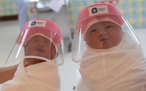 Hospital Cria Protetor Facial Para Os Bebês Recém-nascidos Para Evitar Contágio Pelo Coronavírus