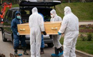 Fotos COMOVEM ao mostrar funeral solitário de menino de 13 anos vitima do coronavírus