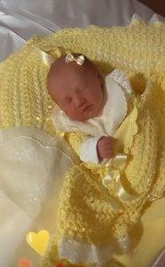 """Esposa de Roberto Justus mostra sua bebê com 1ª roupinha: """"Xerox da mãe"""""""